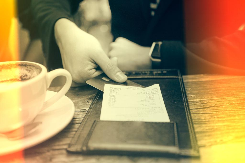 persona pagando la cuenta con tarjeta