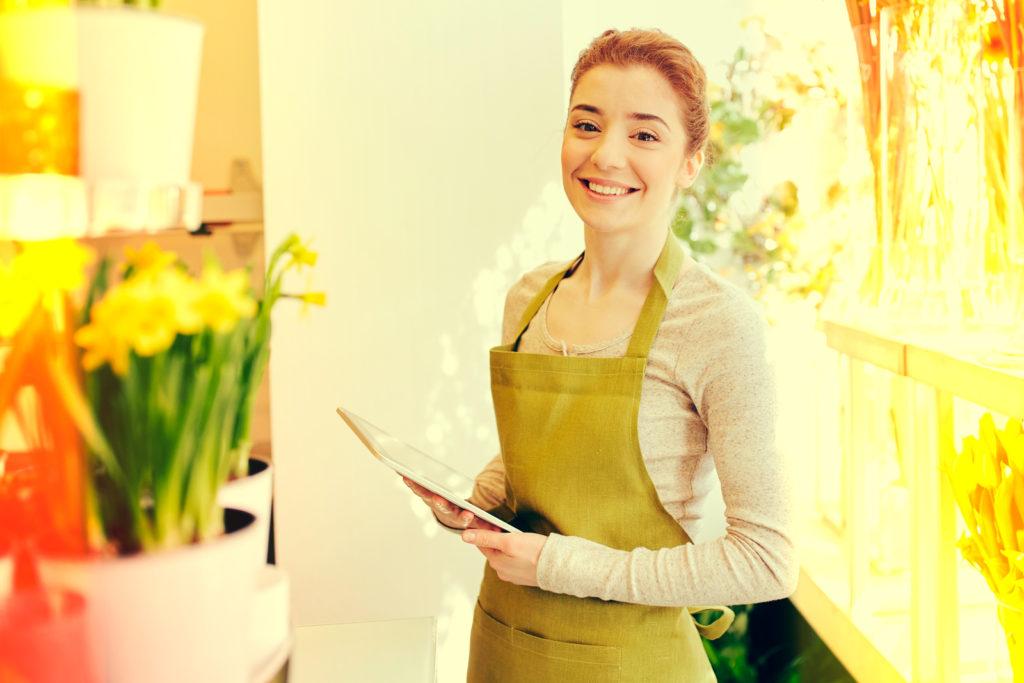 comerciante sonriendo en tienda de flores