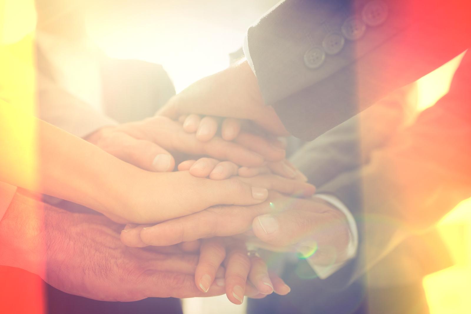 equipo juntando sus manos